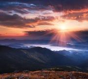 O nascer do sol panorâmico olorful do ¡ de Ð nas montanhas ajardina Foto de Stock Royalty Free
