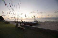 O nascer do sol pelo mar imagens de stock