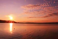 O nascer do sol por um lago que inspira relaxa e tranquilidade Imagem de Stock