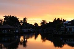 O nascer do sol reflete em uma baía calma Foto de Stock Royalty Free