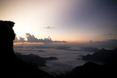O nascer do sol sobre a névoa na montanha do phuchifa, chiangrai, Tailândia Fotografia de Stock