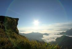 O nascer do sol sobre a névoa na montanha do phuchifa, chiangrai, Tailândia Foto de Stock