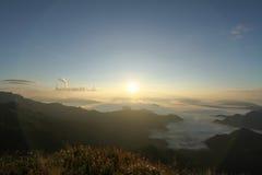 O nascer do sol sobre a névoa na montanha do phuchifa, chiangrai, Tailândia Imagens de Stock Royalty Free