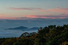 O nascer do sol sobre a nuvem cobriu o vale imagem de stock