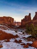 O nascer do sol vertical lindo disparou do ` de Park Avenue do ` no parque nacional dos arcos no inverno com neve em Moab, Utá Fotografia de Stock Royalty Free