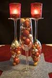 O Natal, bolas do Natal encheu vidros do champanhe com o lig do chá Imagens de Stock Royalty Free