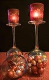 O Natal, bolas do Natal encheu vidros do champanhe com o lig do chá Imagem de Stock Royalty Free