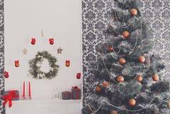 O Natal bonito decorou a árvore no interior moderno, conceito do feriado Fotos de Stock