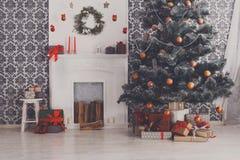 O Natal bonito decorou a árvore no interior moderno, conceito do feriado Foto de Stock Royalty Free