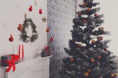 O Natal bonito decorou a árvore no interior moderno, conceito do feriado Imagens de Stock