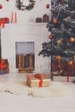 O Natal bonito decorou a árvore no interior moderno, conceito do feriado Fotografia de Stock