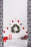 O Natal bonito decorou a chaminé no interior moderno, conceito do feriado Imagens de Stock