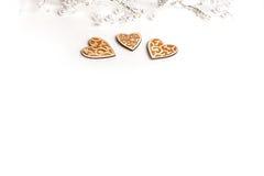 O Natal bonito ou os Valentim do casamento iluminam-se com pérolas e corações de madeira rústicos do vintage Fotos de Stock Royalty Free