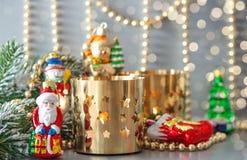 O Natal brinca com lanternas douradas e luzes defocused Fotografia de Stock Royalty Free