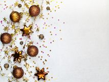 O Natal brinca, a festão torcida dourada, confete colorido em um wh imagens de stock royalty free