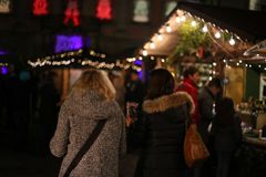 o Natal conduziu estrelas das luzes de néon e árvores do xmas no cit histórico imagem de stock