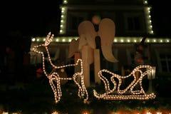 o Natal conduziu estrelas das luzes de néon e árvores do xmas no cit histórico foto de stock royalty free