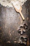 O Natal coze o fundo de madeira com estrela, cortador e farinha dados forma do cozimento da cookie do filhote de urso Imagens de Stock Royalty Free