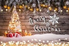 O Natal crafted a decoração no fundo de madeira imagens de stock