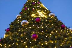 O Natal decorativo ornaments quinquilharias em ramos sempre-verdes verdes de uma árvore conífera nos mercados do Natal em Praga foto de stock royalty free