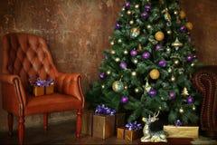 O Natal decorou a árvore com presentes e cervos Fotos de Stock Royalty Free