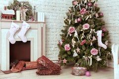 O Natal decorou a árvore com presentes e cervos Foto de Stock