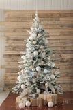 O Natal decorou a árvore de abeto com presentes Fotos de Stock Royalty Free