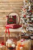 O Natal decorou a árvore de abeto com presentes Fotos de Stock