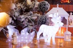 O Natal decorou a árvore de abeto com presentes Imagem de Stock