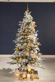 O Natal decorou a árvore de abeto com presentes Imagens de Stock Royalty Free