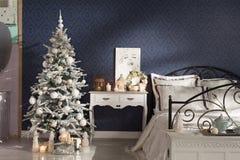 O Natal decorou a árvore de abeto com presentes Foto de Stock Royalty Free