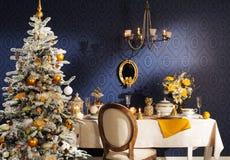 O Natal decorou a árvore de abeto com presentes Fotografia de Stock
