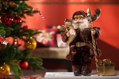 O Natal decorou a árvore de abeto com presentes Fotografia de Stock Royalty Free