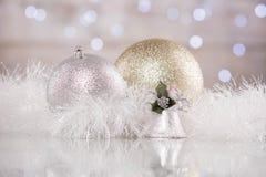 O Natal decorou bolas e ouropel com fundo do bokeh Imagens de Stock