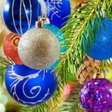 O Natal decorou bolas no fundo borrado Fotos de Stock