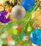 O Natal decorou bolas no fundo borrado Fotografia de Stock Royalty Free