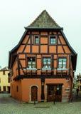 O Natal decorou a casa Alsatian metade-suportada imagem de stock royalty free