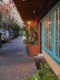 O Natal decorou a entrada do boutique Fotos de Stock Royalty Free