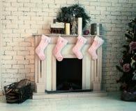 O Natal decorou o lugar do fogo Imagens de Stock