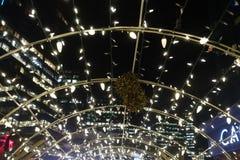 O Natal do close-up ilumina decorações no mercado do Natal fotos de stock