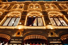 O Natal e o ano novo iluminam a decoração e iluminações festivas nas ruas da cidade, quadrado vermelho, Moscou, Rússia imagens de stock