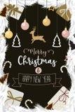 O Natal e o ouro do ano novo feliz decoraram o presente da bola Imagens de Stock Royalty Free
