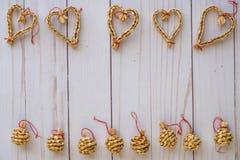 O Natal escandinavo da palha ornaments a configuração lisa em uma parte traseira de madeira fotos de stock
