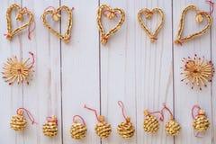 O Natal escandinavo da palha ornaments a configuração lisa em uma parte traseira de madeira fotos de stock royalty free