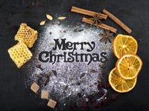 O Natal ferventou com especiarias o vinho com especiarias e a decoração do Natal na tabela de madeira foto de stock