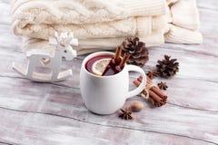 O Natal ferventou com especiarias o vinho em uma tabela de madeira rústica Imagem de Stock