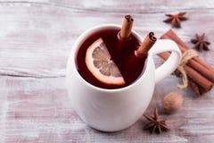 O Natal ferventou com especiarias o vinho em uma tabela de madeira rústica Imagens de Stock Royalty Free