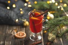 O Natal ferventou com especiarias o vinho tinto com especiarias e frutos em uma tabela rústica de madeira Bebida quente tradicion foto de stock royalty free