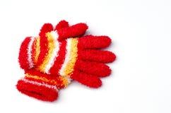 O Natal fez malha luvas vermelhas no fundo branco com s foto de stock