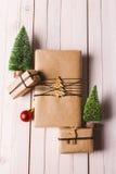 O Natal handcraft caixas de presente no fundo de madeira Foto de Stock Royalty Free